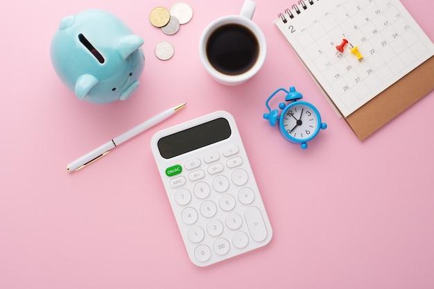 Calcolatrice, calendario e salvadanaio, vista dall'alto