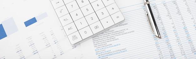 Calcolatrice, grafici e fogli di calcolo. finanza, contabilità, statistiche e concetto di business.