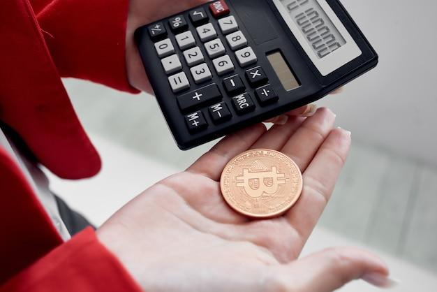 Calcolatrice criptovaluta bitcoin denaro elettronico tecnologia finanziaria. foto di alta qualità