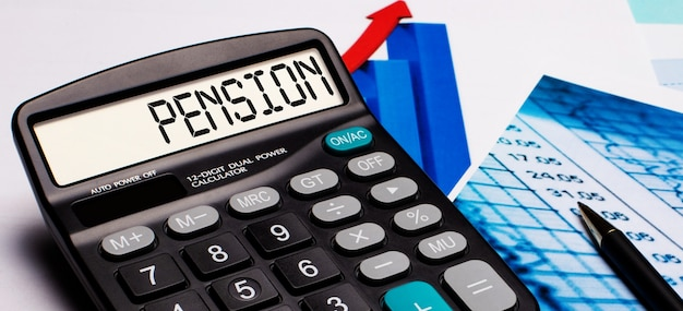 Sul display della calcolatrice è presente la scritta pensione. nelle vicinanze ci sono diagrammi e grafici colorati