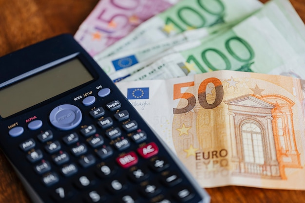 Calcolatrice e banconote in euro su un tavolo