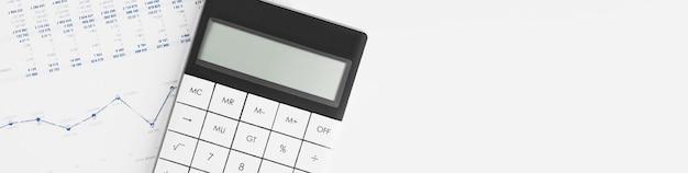 Calcolatrice su rendiconto finanziario e foglio di bilancio sulla scrivania del revisore. concetto di contabilità e attività di revisione. Foto Premium