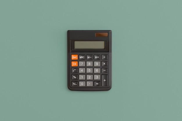 Calcolatrice su sfondo verde. di nuovo a scuola