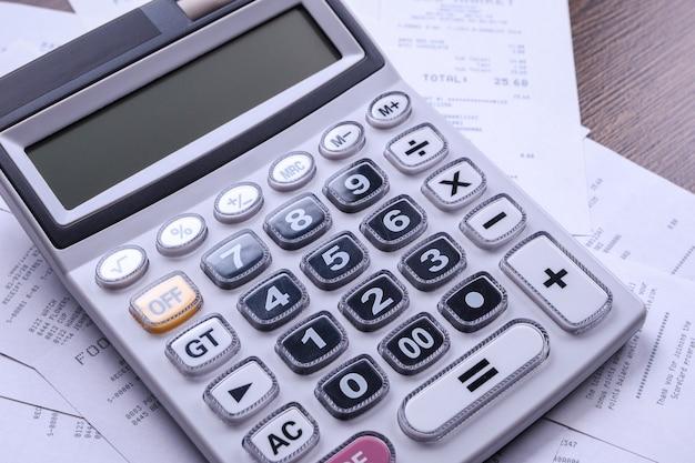 Tastiera calcolatrice con controlli dal negozio da acquisti su un pavimento di legno