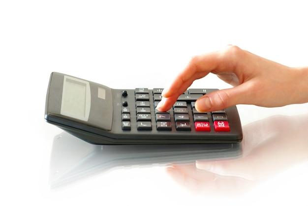 Tastiera calcolatrice con dito isolato su bianco