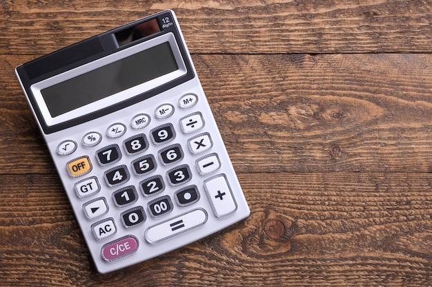 Tastiera calcolatrice su un tavolo con pavimento in legno. vista dall'alto. copia spazio