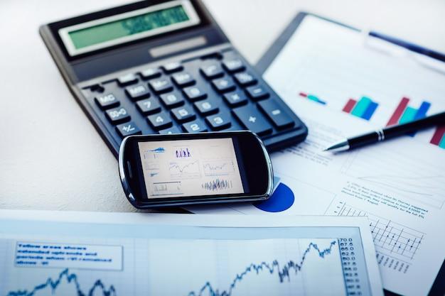 Calcolatrice cellulare e grafici finanziari