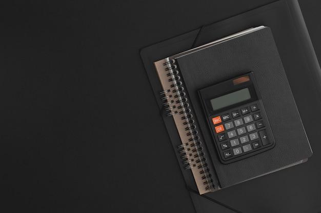 Taccuino calcolatrice su sfondo in pelle nera