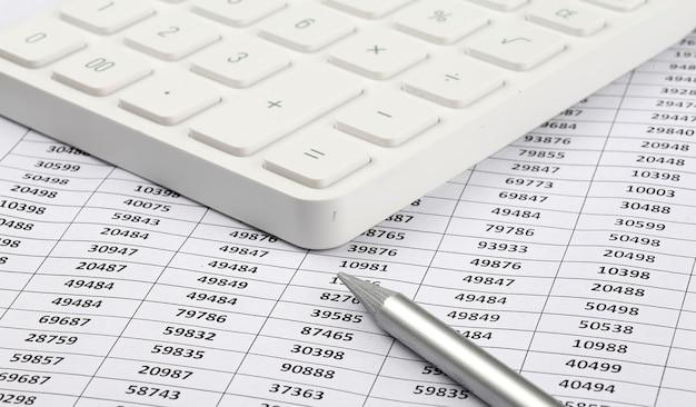 Calcolatrice e penna sullo sfondo del grafico. concetto di affari
