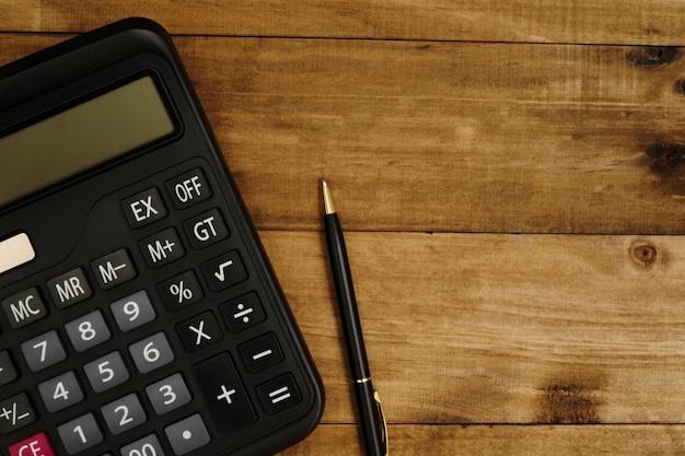 Calcolatrice accanto alla penna pronta per il calcolo