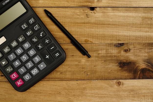 Calcolatrice accanto alla penna pronta per funzionare