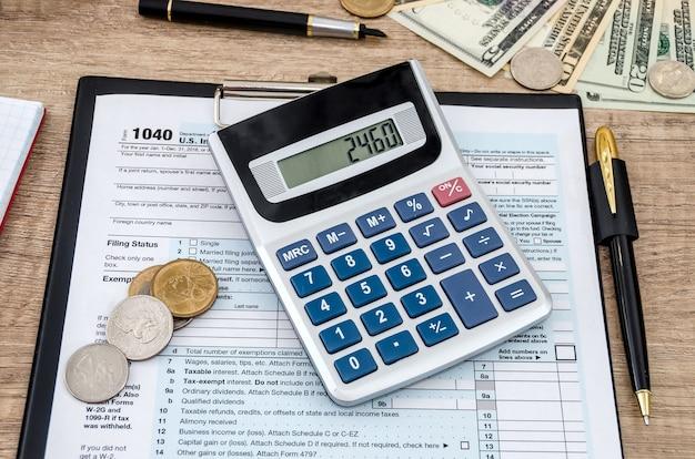 Calcolatrice e penna con modulo fiscale 1040