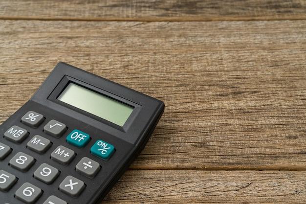Una calcolatrice sulla tavola di legno squallida