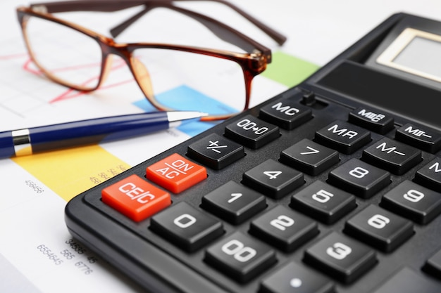 Calcolatrice con documenti, primo piano. concetto fiscale