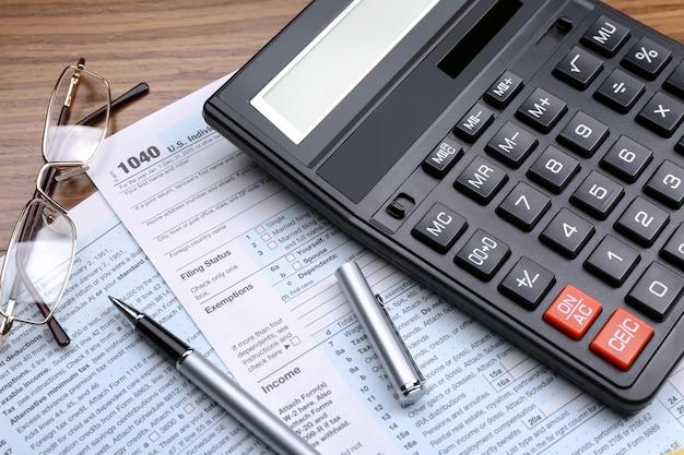 Calcolatrice con documenti sul tavolo. concetto fiscale