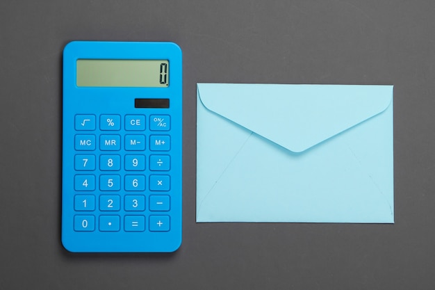 Calcolatrice con busta su grigio