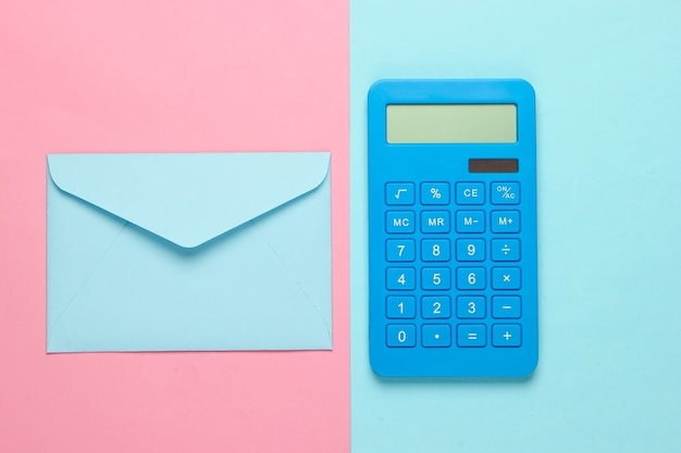 Calcolatrice con busta su pastello blu rosa