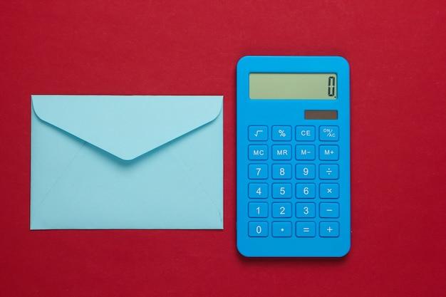 Calcolatrice con busta sul rosso Foto Premium