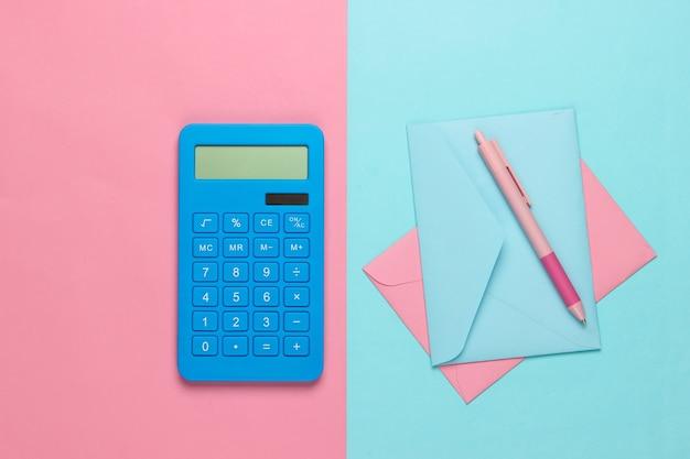 Calcolatrice con buste su pastello blu rosa