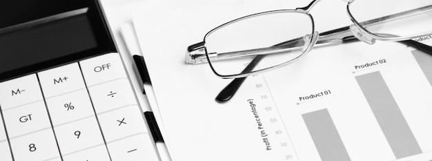 Calcolatrice con penna sull'analisi del mercato azionario. concetto di ricerca aziendale, finanziaria e di audit.