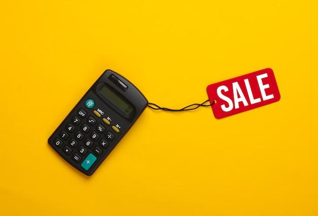 Calcolatrice con un tag di vendita rosso su giallo. grande vendita, sconti.