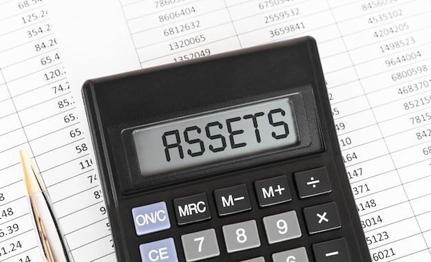 Calcolatrice con la parola assets sul display.