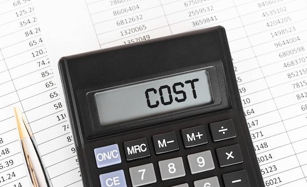 Calcolatrice con la parola costo sul display, concetto