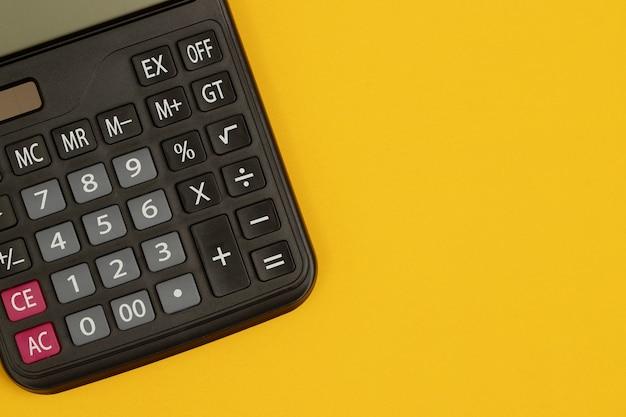 Una calcolatrice su sfondo giallo
