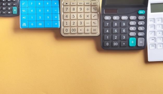 Calcolatrici su sfondo giallo.