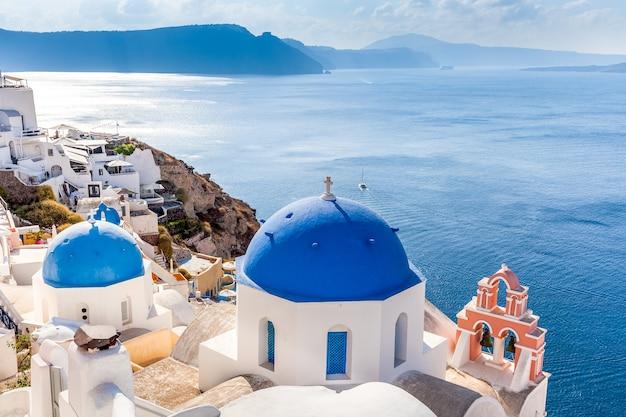 Vista sulla caldera e cupole blu, isola di santorini, grecia