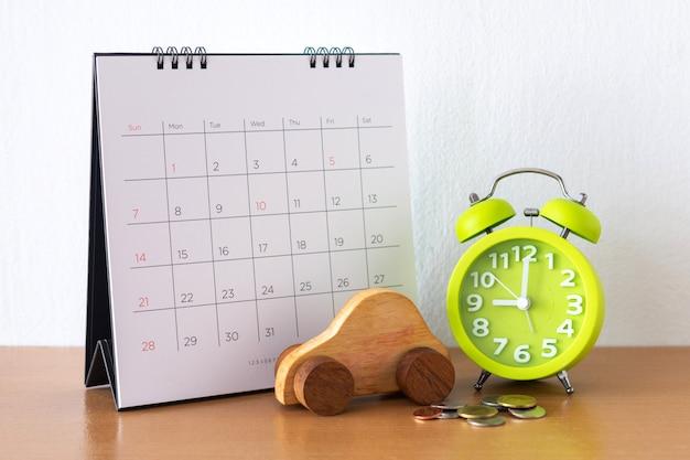 Calendario e auto sul tavolo. giorno di acquisto o vendita di un'auto o pagamento per affitto o prestito o riparazione
