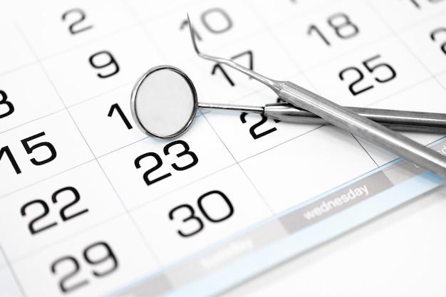 Primo piano del calendario e degli strumenti dentali