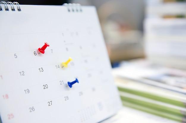 Calendario sulla scrivania per idee di pianificazione.