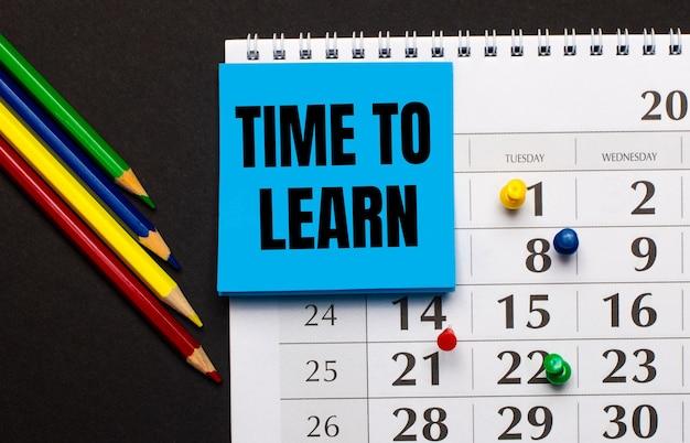 Il calendario ha un foglio di carta azzurra con il testo time to learn