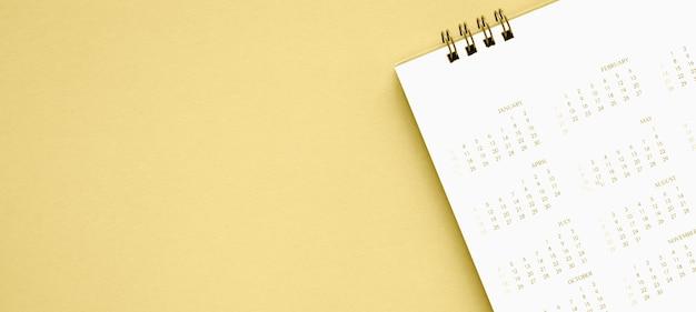 Fine della pagina del calendario su oro