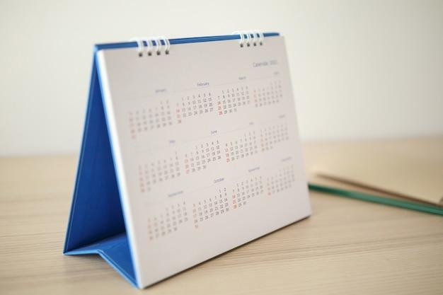 Pagina del calendario da vicino sulla tavola di legno