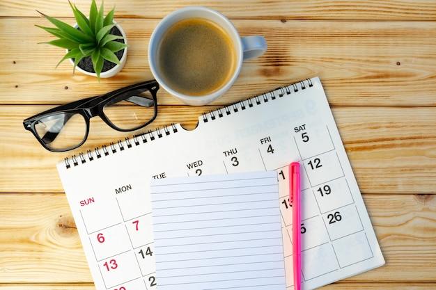 Pagina del calendario si chiuda sulla scrivania in legno