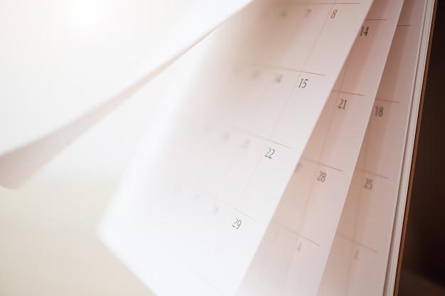Foglio capovolgimento della pagina del calendario da vicino