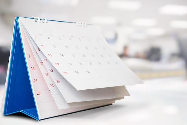 Foglio capovolgimento della pagina del calendario sull'interno del tavolo dell'ufficio