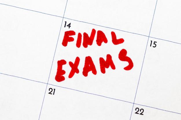 Promemoria del calendario, esami finali, cerchiato in un pennarello rosso.