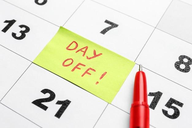 Calendario con giorno di riposo segnato, primo piano