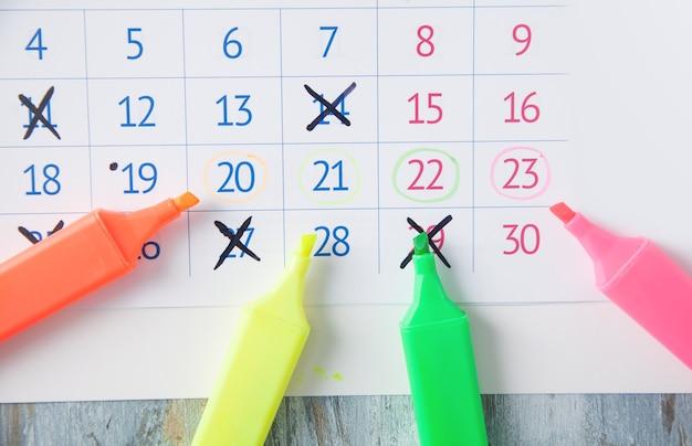 Calendario con pennarelli. promemoria. data