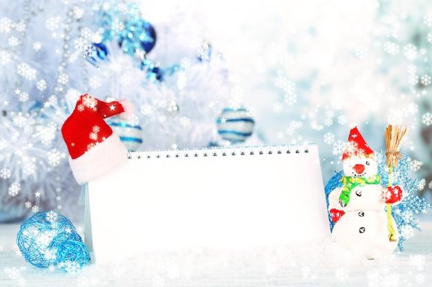 Calendario con decorazioni di capodanno su sfondo invernale