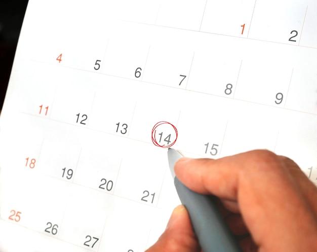 Calendario con segno rosso il febbraio come concetto di evento dayxa