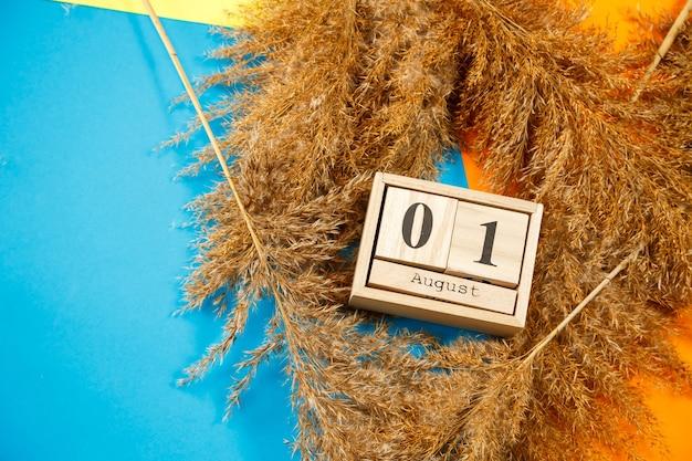Calendario di cubi di legno con numeri e mesi. la scelta di un numero su un calendario in legno. 1 agosto. data agosto