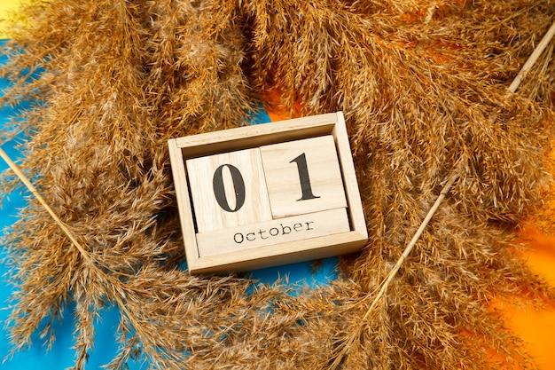 Calendario di cubi di legno con numeri e mesi. la scelta di un numero su un calendario in legno. 1 ottobre. data di ottobre