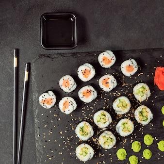 California roll e avocado maki sushi roll vista dall'alto Foto Premium