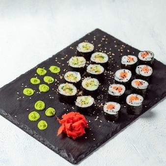 California roll e avocado maki sushi roll vista dall'alto