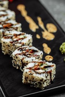 Sushi california roll con anguilla affumicata, cetriolo, avocado. menù sushi. cibo giapponese.