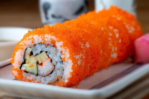 Taglio del rotolo di sushi california.